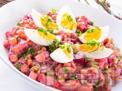 Богата френска салата с картофи, цвекло, грах, моркови и варени яйца - снимка на рецептата